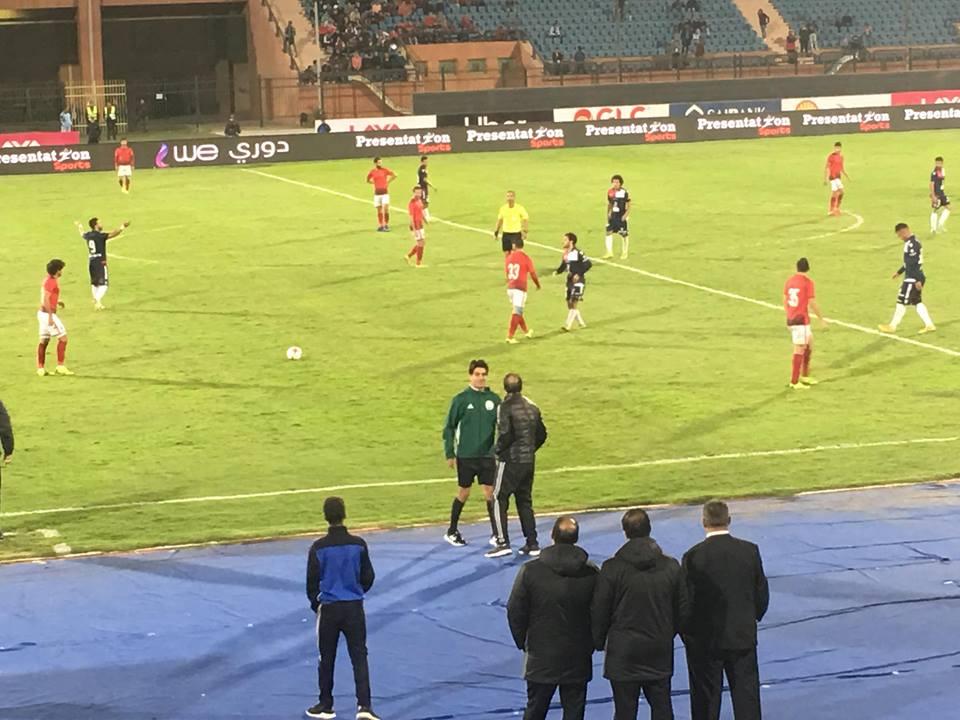 صورة سيد عبدالحفيظ يستبك مع حكم مباراة الأهلي والنجوم