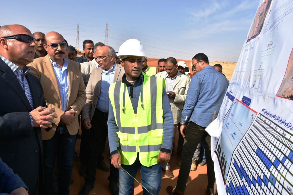 وزير النقل يتفقد الطريق الصحراوي بأسوان