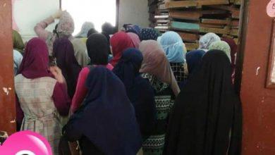 Photo of طالبات بكلية الدراسات الانسانية جامعة الأزهر تتكدس لاستلام الكتب