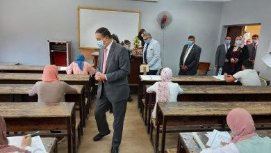 Photo of رئيس جامعة بنها يتفقد امتحانات الفصل الدراسي الثاني بكلية الآداب