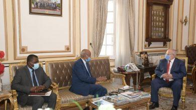 صورة رئيس جامعة القاهرة يستقبل السفير السوداني بالقاهرة لبحث ترتيبات عودة فرع الخرطوم