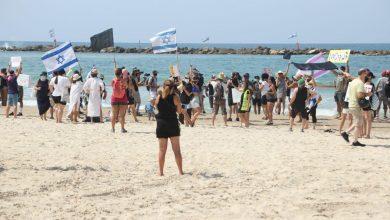 صورة مظاهرات بـ«البكينى» في إسرائيل للمطالبة برحيل نتنياهو