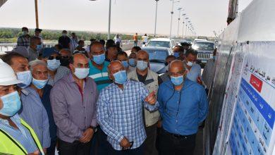 صورة وزير النقل ومحافظ أسوان يتفقدان مشروعات ازدواج الطريق الصحراوى الغربى