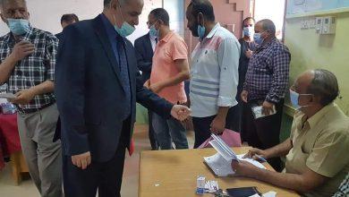 صورة رئيس جامعة الفيوم يدلي بصوته في الانتخابات البرلمانية لمجلس النواب ٢٠٢٠