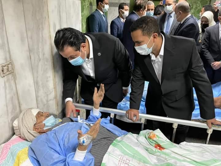 زعيم الأغلبية يزور مصابين حادث القطار بمستشفيات سوهاج