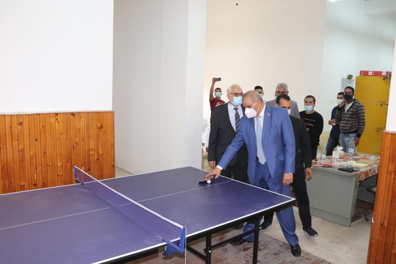 رئيس جامعة الأزهر يتفقد صالة الجيم بالمدينة الجامعية ويتناول الغداء وسط الطلاب