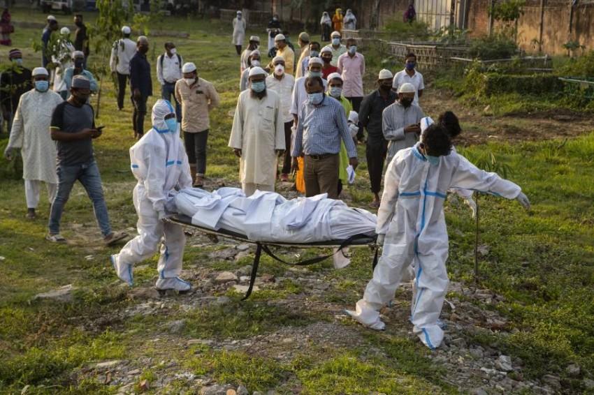كورونا ينهك الهند وحرق الجثث لقلة المقابر