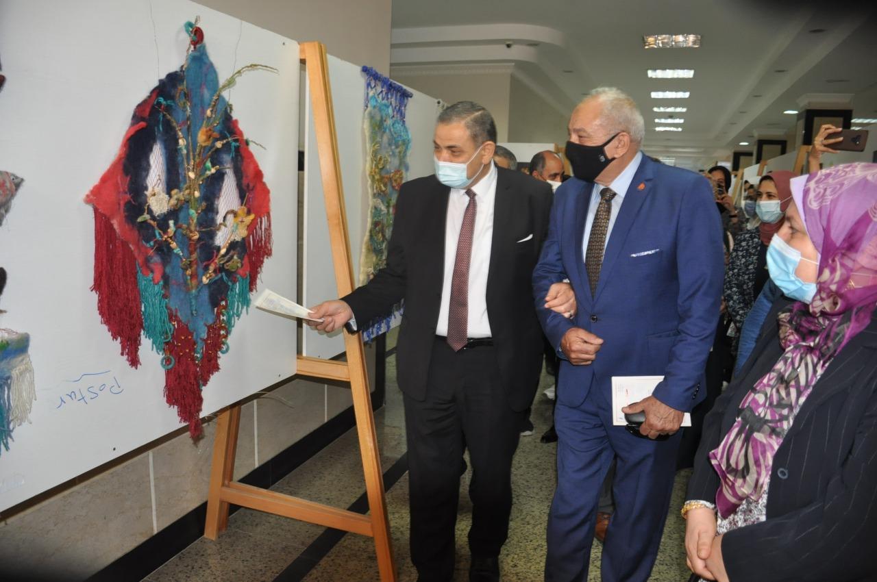 بالصور.. رئيس جامعة كفر الشيخ يفتتح 5 معارض فنية لطلاب النوعية